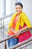 Chica joven en ropa colorida con el bolso Imagenes de archivo