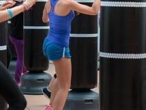 Chica joven en ropa de deportes azul: Entrenamiento de la aptitud y del boxeo con P Imagen de archivo libre de regalías