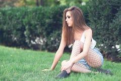 Chica joven en ropa de moda al aire libre Imagenes de archivo