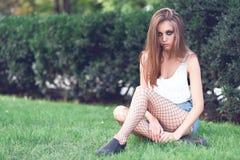 Chica joven en ropa de moda al aire libre Foto de archivo