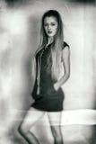 Chica joven en ropa negra Imagen de archivo