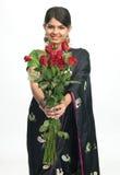Chica joven en sari con las rosas rojas Imágenes de archivo libres de regalías