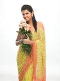 Chica joven en sari con las rosas rosadas Imagen de archivo libre de regalías