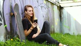 Chica joven en skatepark metrajes