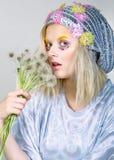Chica joven en sombrero chispeante con los dientes de león Imagen de archivo libre de regalías
