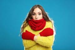 Chica joven en suéter amarillo Imagen de archivo