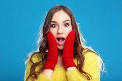 Chica joven en suéter amarillo y guantes rojos Imagenes de archivo