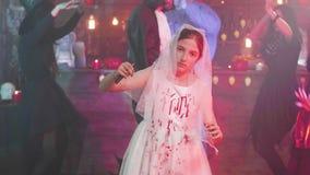 Chica joven en traje muerto asustadizo de la novia en un partido de Halloween almacen de video