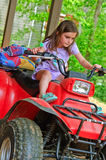 Chica joven en un 4-Wheeler ATV Imagenes de archivo