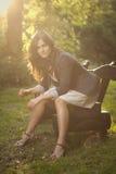 Chica joven en un bosque Foto de archivo