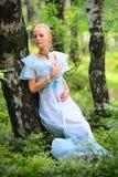 Chica joven en un bosque del verano Fotografía de archivo
