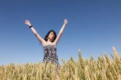 Chica joven en un campo de maíz Imagenes de archivo