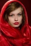 Chica joven en un capo motor rojo Imagen de archivo