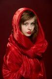 Chica joven en un capo motor rojo Fotografía de archivo