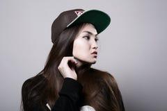 Chica joven en un casquillo Imagenes de archivo