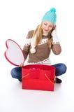 Chica joven en un casquillo con maravillas de los regalos Foto de archivo