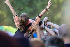 Chica joven en un concierto de rock Fotos de archivo libres de regalías