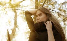 chica joven en un fondo de los árboles del otoño Fotografía de archivo libre de regalías