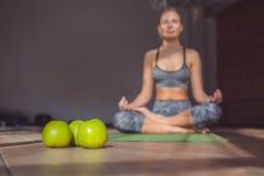 Chica joven en un loto en clase de la yoga Imagenes de archivo