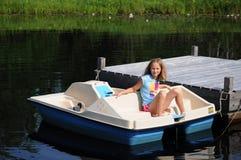 Chica joven en un paddleboat Foto de archivo