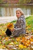 Chica joven en un parque Imagen de archivo libre de regalías