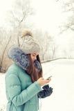 Chica joven en un parque del invierno cerca del río Imagenes de archivo