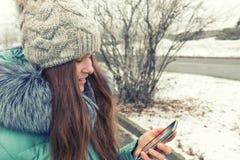 Chica joven en un parque del invierno cerca del río Fotos de archivo