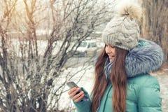 Chica joven en un parque del invierno cerca del río Foto de archivo libre de regalías
