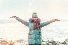 Chica joven en un parque del invierno cerca del río Fotografía de archivo libre de regalías
