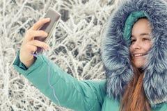 Chica joven en un parque del invierno cerca del río Fotos de archivo libres de regalías