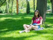 Chica joven en un parque pintoresco Foto de archivo