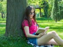 Chica joven en un parque pintoresco Fotografía de archivo libre de regalías