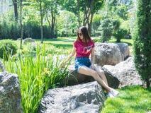 Chica joven en un parque pintoresco Fotografía de archivo