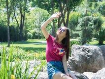 Chica joven en un parque pintoresco Foto de archivo libre de regalías