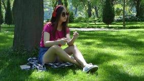 Chica joven en un parque pintoresco almacen de metraje de vídeo