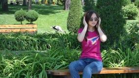 Chica joven en un parque pintoresco metrajes