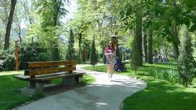 Chica joven en un parque pintoresco almacen de video