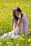 Chica joven en un prado de la flor fotos de archivo