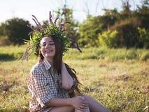 Chica joven en un resto al aire libre Foto de archivo
