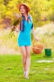 Chica joven en un sombrero de paja en el río Fotografía de archivo libre de regalías