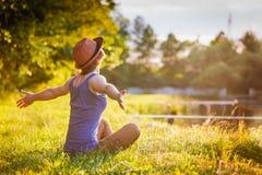 Chica joven en un sombrero que disfruta de la naturaleza imagen de archivo