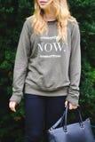 Chica joven en un suéter con el texto Imágenes de archivo libres de regalías