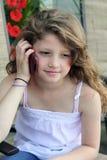 Chica joven en un teléfono celular Fotos de archivo libres de regalías