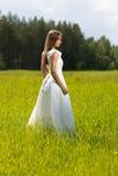 Chica joven en un vestido de boda Fotos de archivo libres de regalías