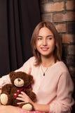 Chica joven en un vestido de la rosa con el juguete del oso Foto del estudio Imágenes de archivo libres de regalías