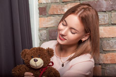 Chica joven en un vestido de la rosa con el juguete del oso Foto del estudio Imagen de archivo libre de regalías