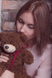 Chica joven en un vestido de la rosa con el juguete del oso Foto del estudio Fotografía de archivo libre de regalías