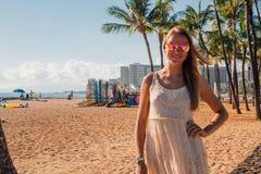 Chica joven en un vestido que camina abajo de la playa de Honolulu Waikiki Fotos de archivo libres de regalías
