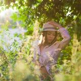 Chica joven en una camisa y un sombrero blancos Fotos de archivo