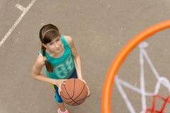 Chica joven en una cancha de básquet vista desde arriba Foto de archivo